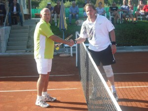 Mark Ebinger gratuliert dem neuen Clubmeister nach dem Match